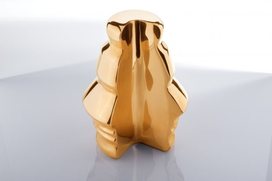 Houskapreis-Statue, solitär, Perspektive, Querformat